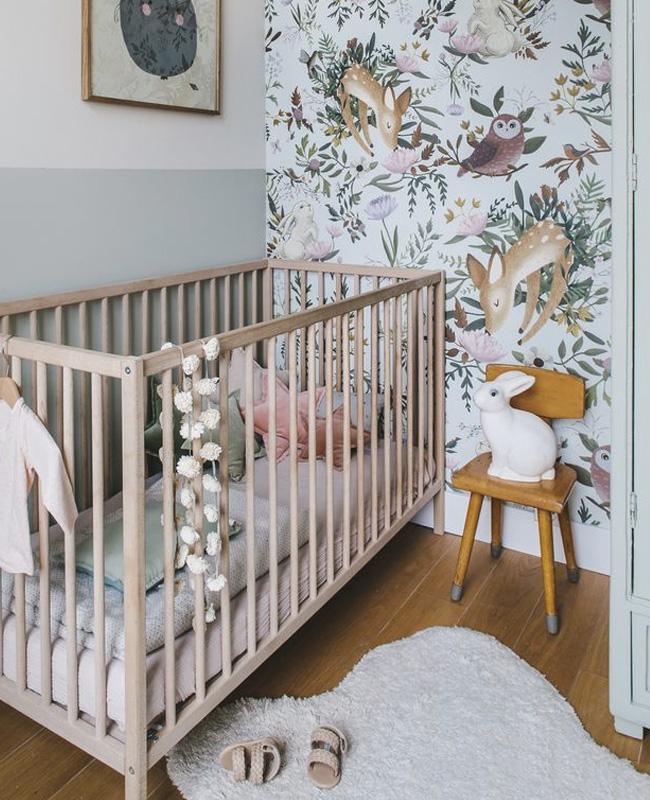 deco chambre bébé fille vert rose forêt papier peint