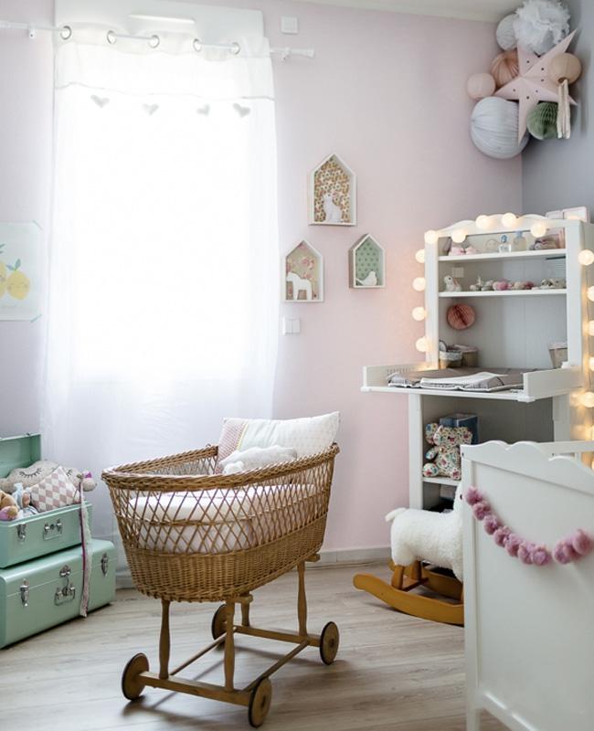deco chambre bébé fille vert rose rotin