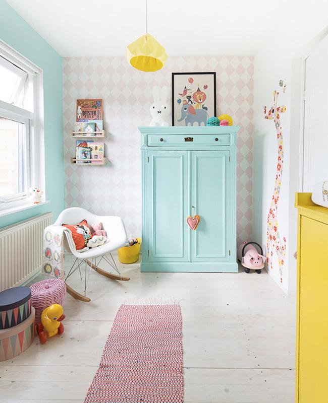 deco chambre bébé rose jaune vert menthe