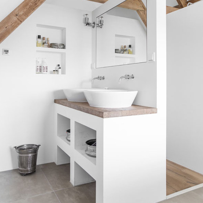 deco salle de bain bois blanc poutre chaleureuse