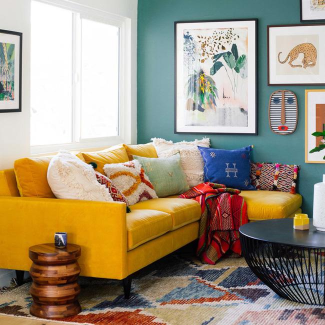 deco salon bleu canard jaune canapé