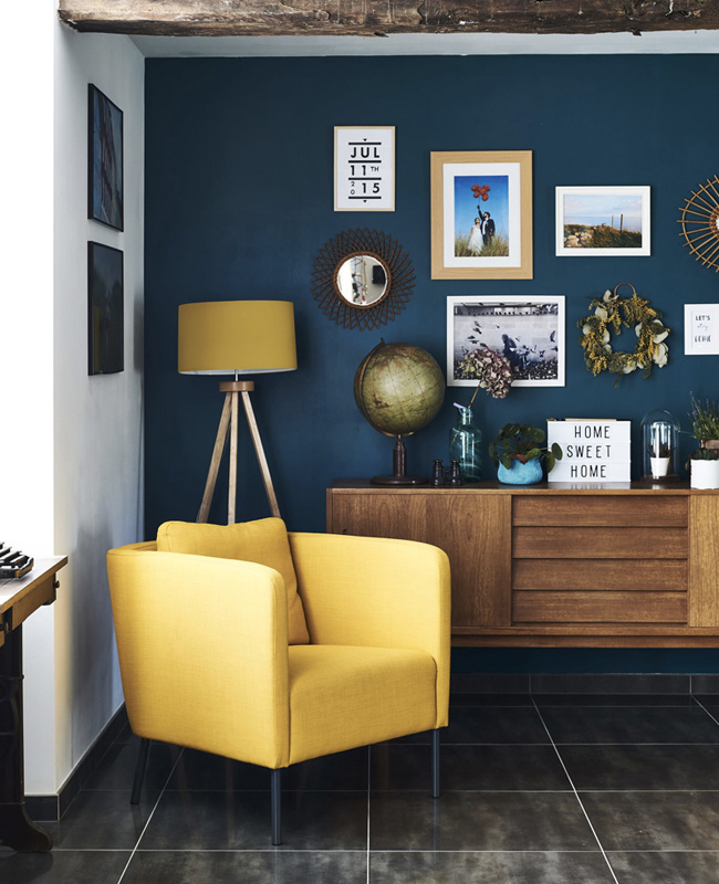deco salon bleu canard jaune fauteuil