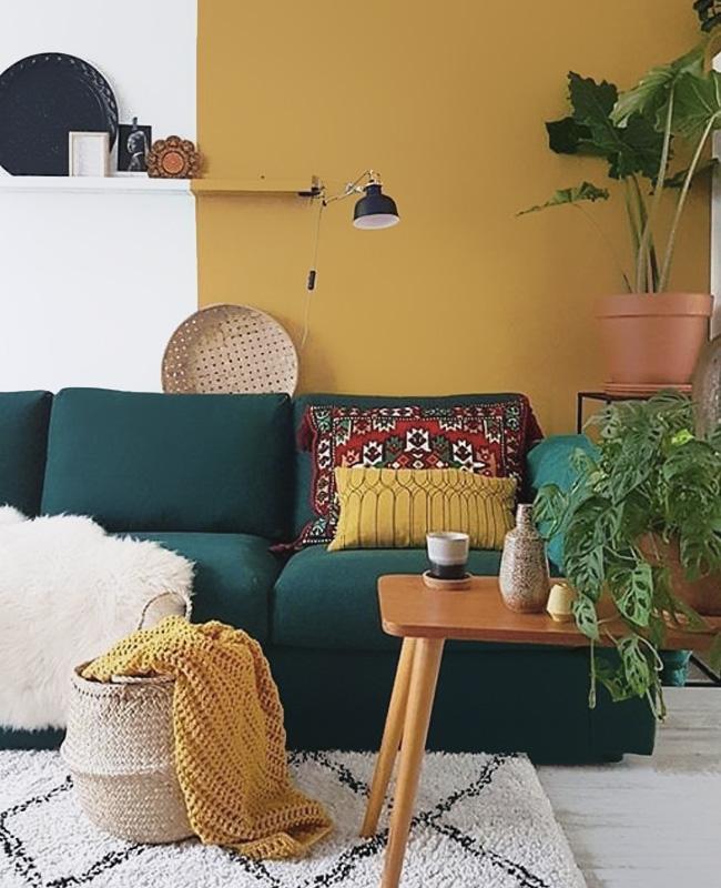 deco salon bleu canard mur jaune moutarde