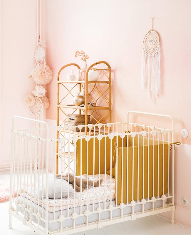deco chambre bébé jaune moutarde rose poudré