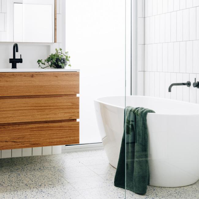deco salle de bain minimaliste blanc bois terrazzo