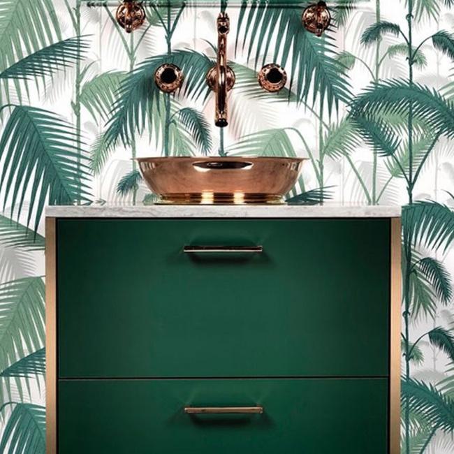 deco salle de bain vert blanc papier peint tropical