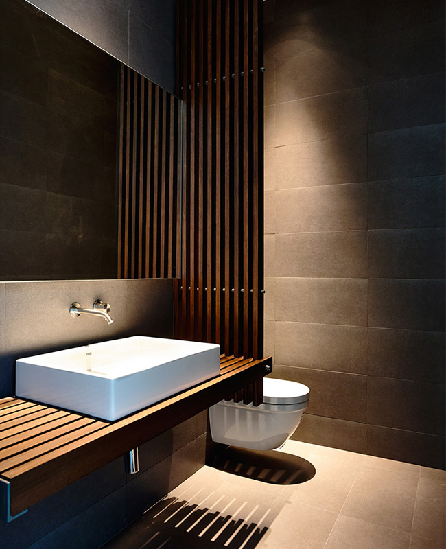 deco salle de bain zen moderne claustra bois sombre