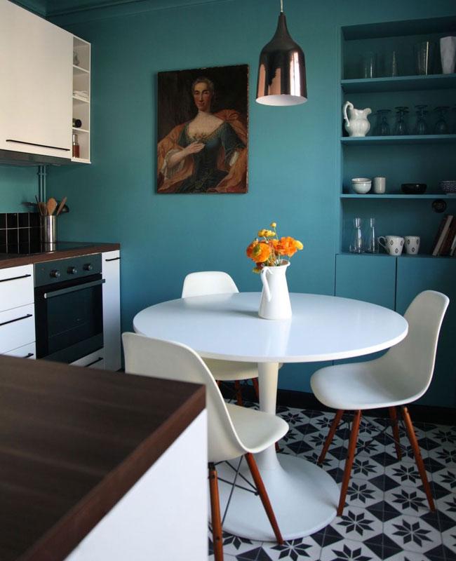 deco bleu canard blanc salle à manger rétro