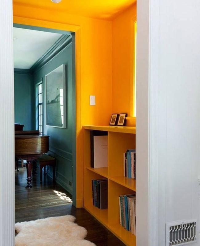 deco couloir jaune mur plafond