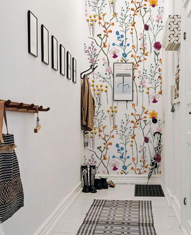 deco couloir blanc papier peint fleur