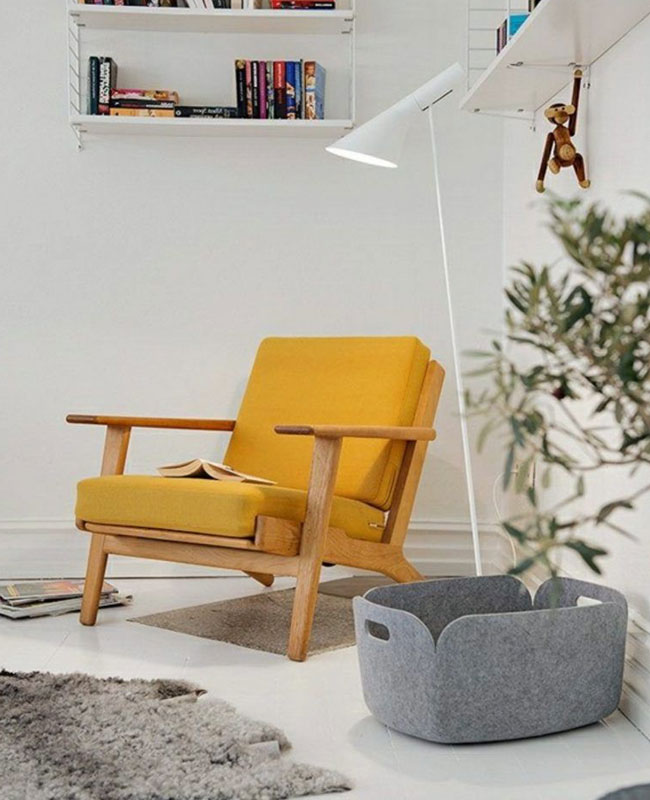 deco scandinave jaune moutarde fauteuil salon blanc