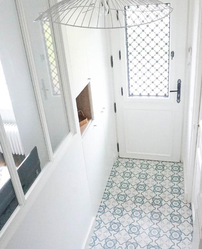 deco couloir carreaux de ciment blanc bleu