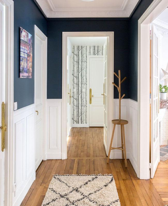 deco couloir bleu peinture haut mur