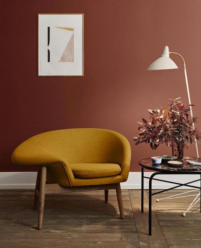 deco jaune moutarde rouge salon mur fauteuil