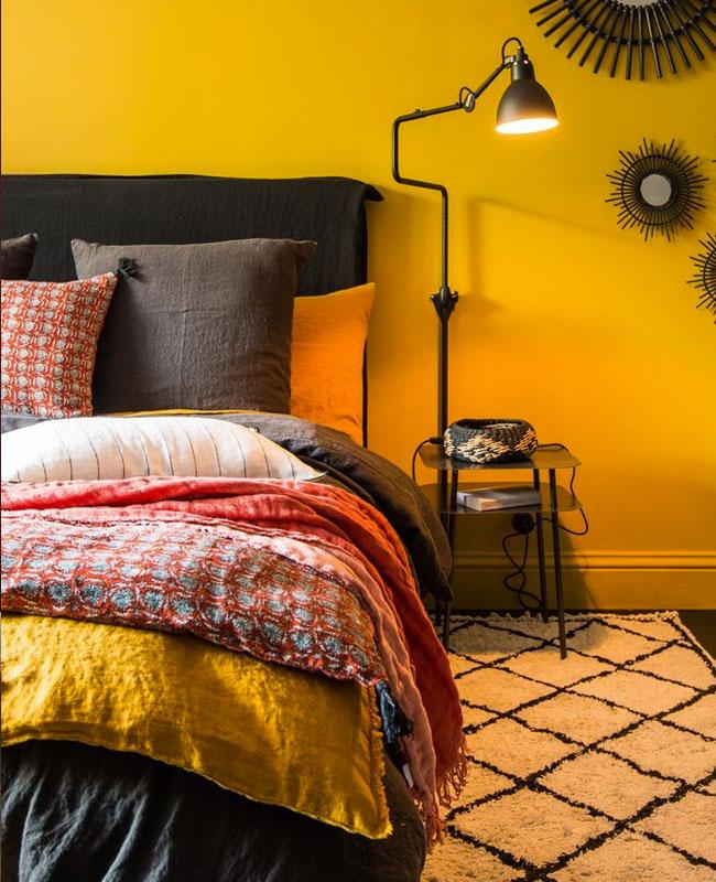deco jaune moutarde rouge mur linge de lit