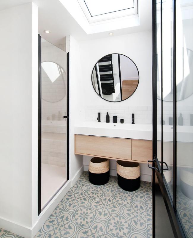 deco petite salle de bain moderne noir blanc bois