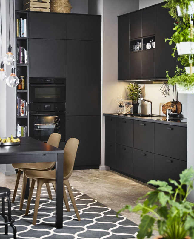 deco cuisine noir chaise bois