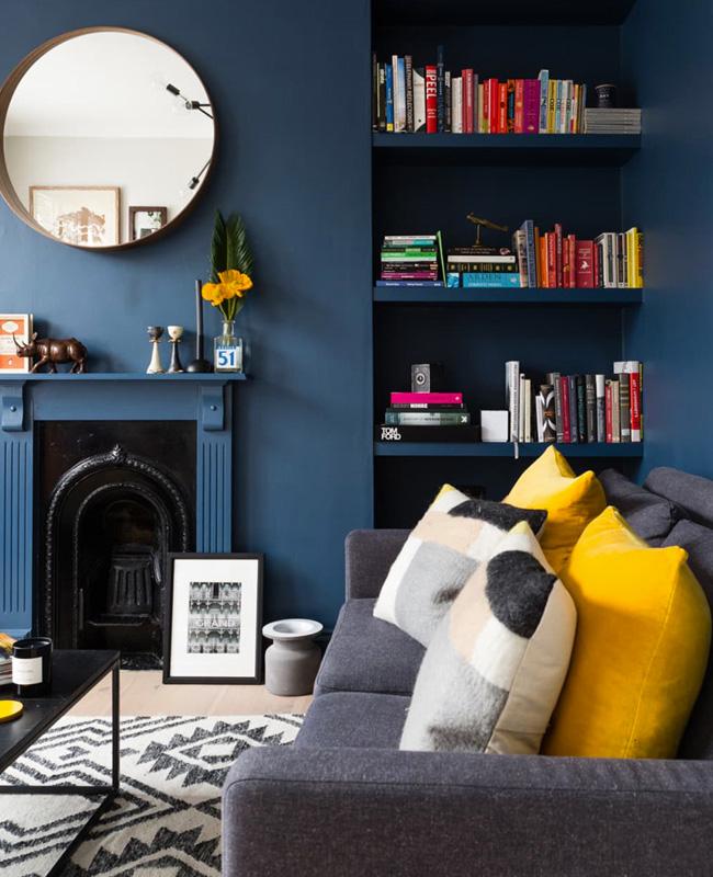 deco salon coussin jaune moutarde mur bleu