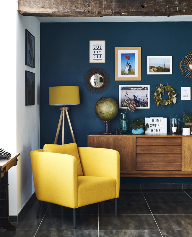 fauteuil jaune moutarde mur bleu deco salon