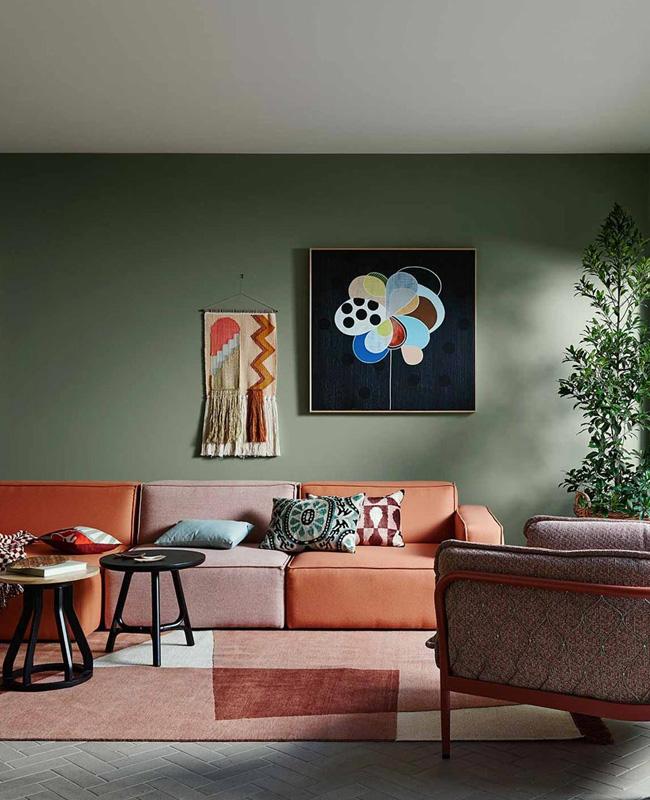 deco salon mur vert canape terracotta