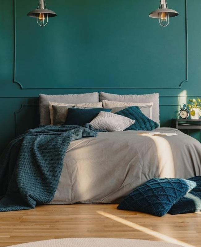 mur chambre vert canard coussin bleu