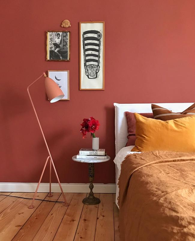 deco chambre mur terracotta linge de lit moutarde