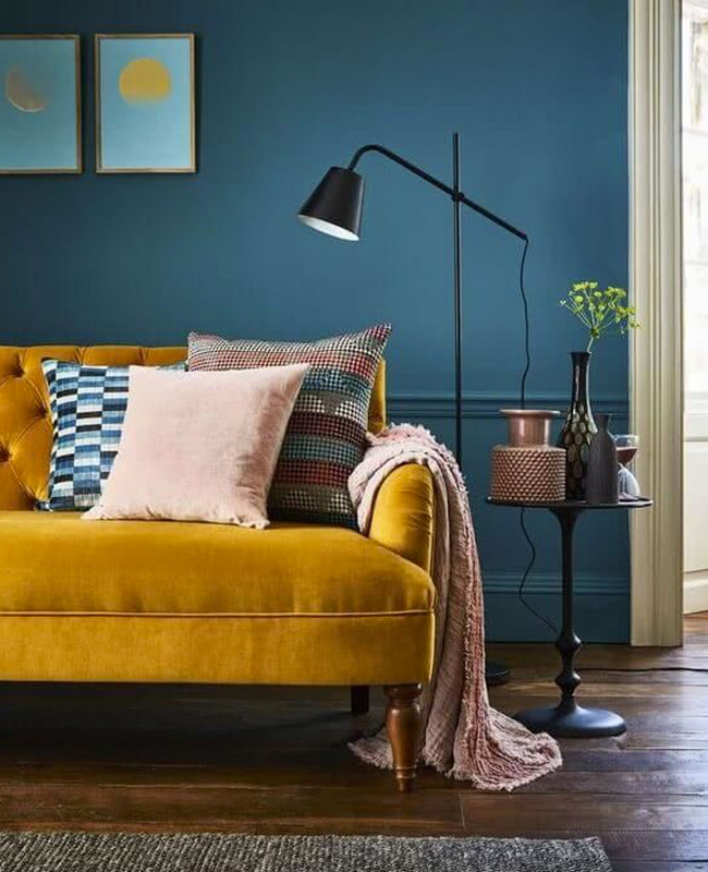 deco salon canape jaune moutarde mur bleu