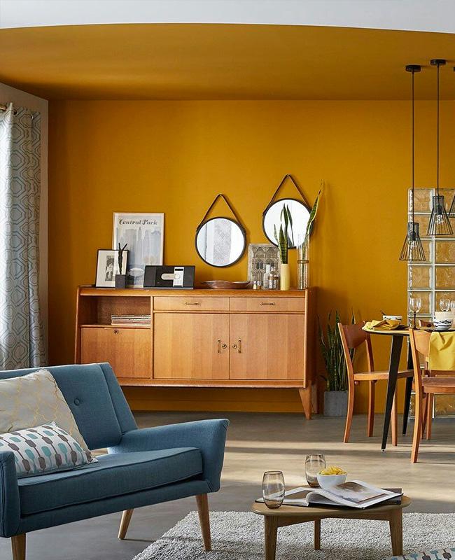 deco salon mur jaune moutarde canape bleu