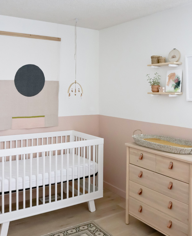 deco chambre bebe soubassement rose moderne