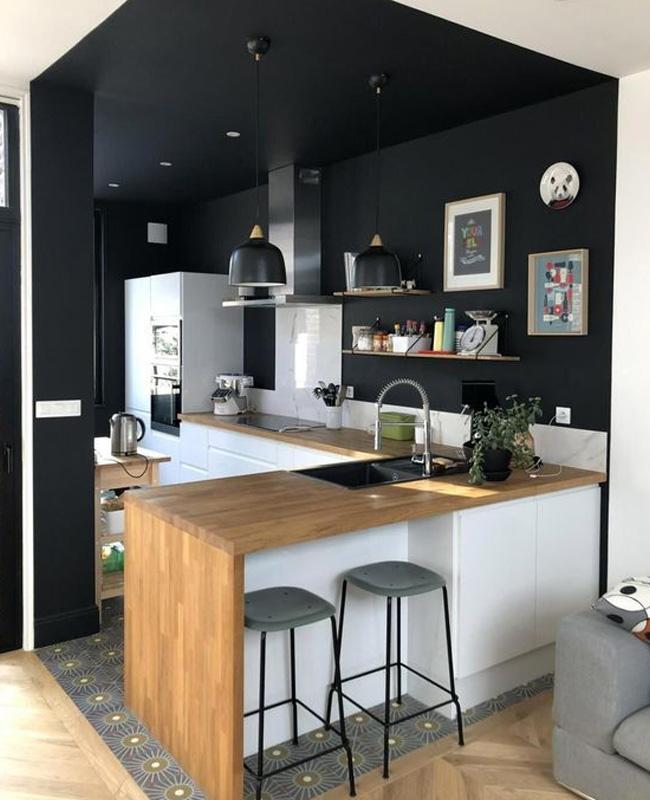 deco cuisine ouverte sur salon mur plafond noir