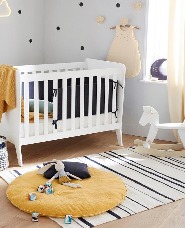deco chambre bébé jaune coussin de sol