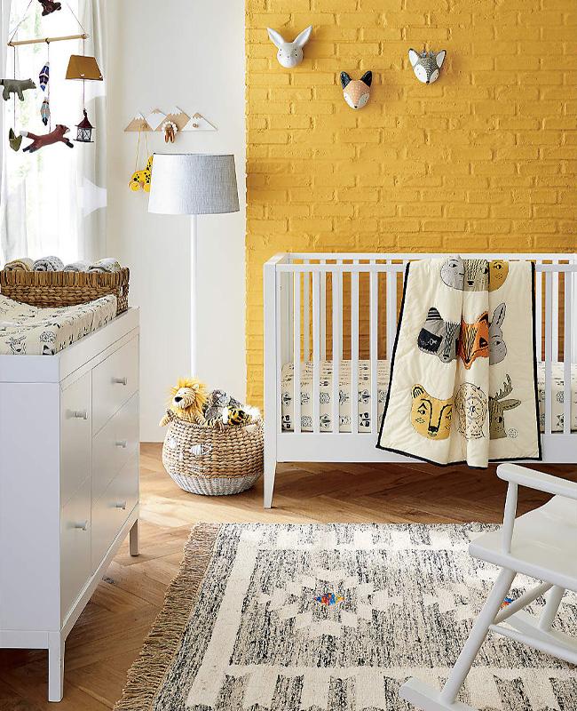 deco chambre bébé mur jaune