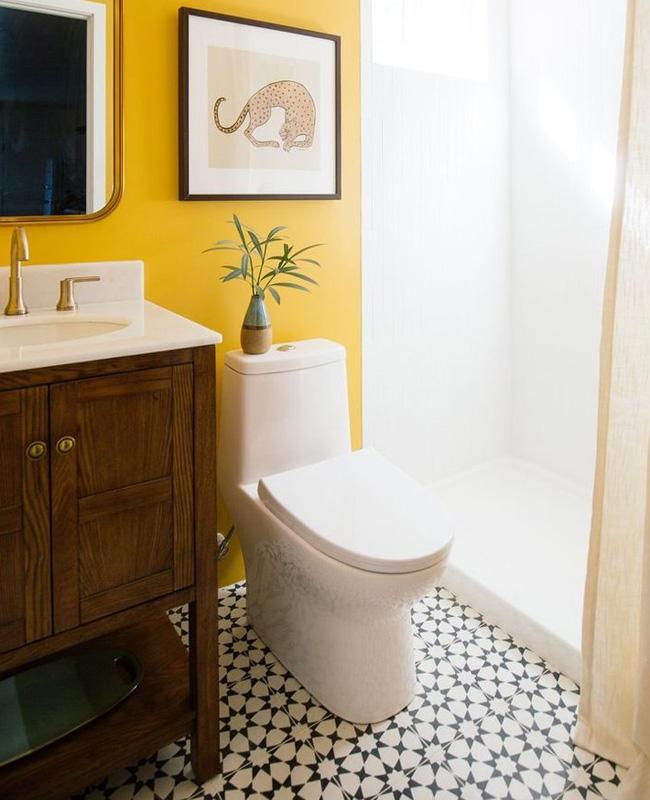 deco salle de bain jaune moutarde bois