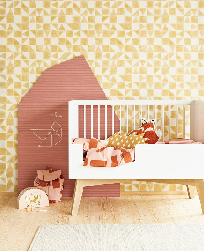 deco chambre bébé jaune papier peint géométrique