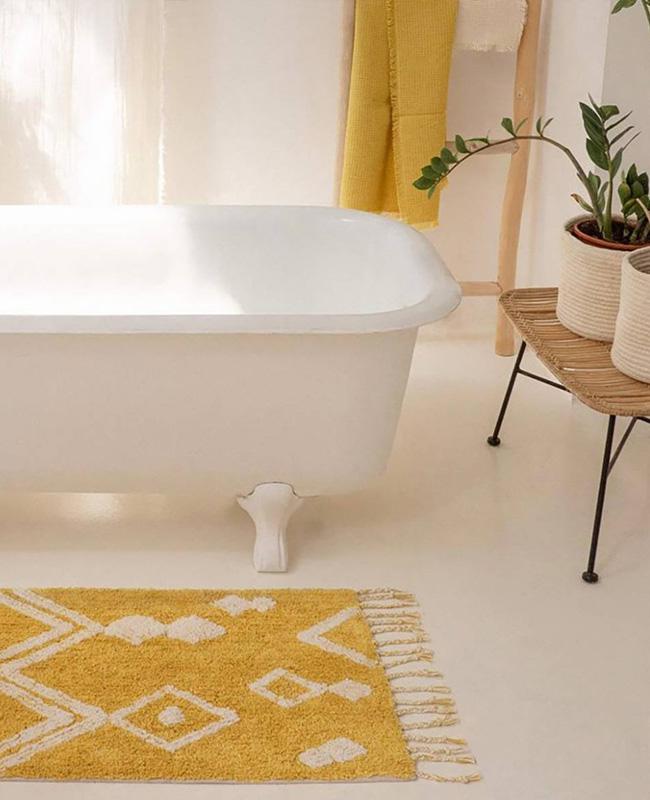 deco salle de bain boheme tapis jaune moutarde