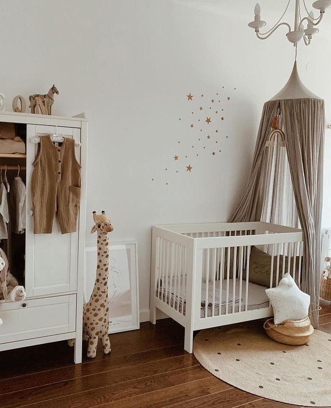 deco chambre bebe ciel de lit beige