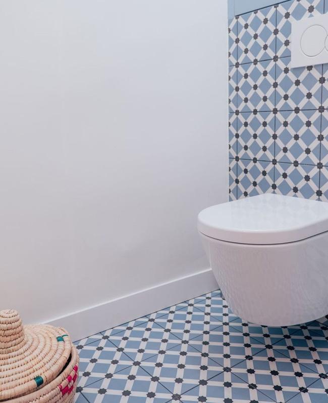 deco carreaux de ciment bleu toilettes wc