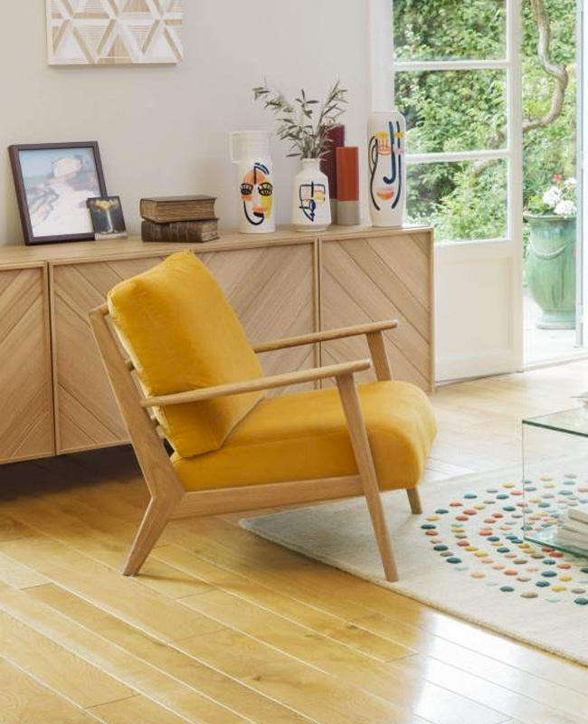 deco salon fauteuil velours jaune moutarde